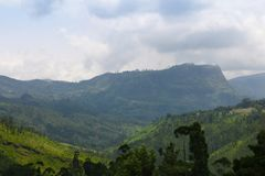 Härligt bergområde med blå himmel Royaltyfri Fotografi