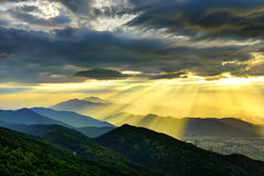 Härligt bergsolnedgånglandskap Arkivfoto