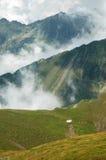 Härligt bergsommarlandskap fagarasberg romania Arkivfoton