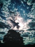 Härligt blå himmel- och molnbildande arkivfoto