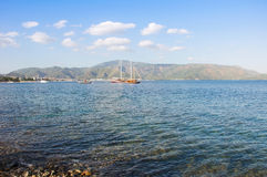 Härligt blått hav för Marmaris strand på bergbakgrund Royaltyfri Foto