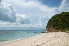 Härligt blått hav med den vita sandstranden Royaltyfria Bilder