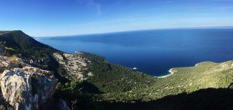 Härligt blått kroatiskt hav Arkivfoton