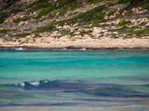 Härligt blått vatten och steniga kuster arkivfoto