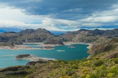 Härligt blått vatten och vaggar sjön och öar royaltyfri fotografi