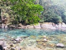 Härligt blått vatten, stenigt landskap i Puente de Dios, México arkivbilder