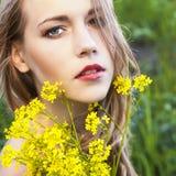 härligt blommakvinnabarn royaltyfri fotografi