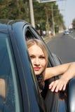 härligt blont bilstyrningshjul royaltyfri fotografi