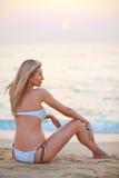 Härligt blont europeiskt yrkesmässigt modellflickasammanträde på sand Royaltyfri Foto