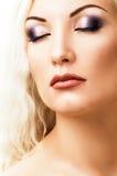 härligt blont hår long makeup arkivbild