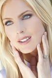 härligt blont kvinnabarn för blåa ögon arkivbilder