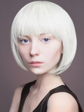 härligt blont kvinnabarn kosmisk flicka för frisyr Fotografering för Bildbyråer