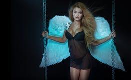 Härligt blont posera för ängel Arkivbilder