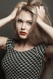 härligt blont sexigt makeup Bräckligt och långt hår Royaltyfria Bilder