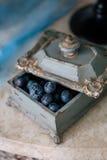 Härligt bröllop dekorerar blåbäret i studio royaltyfri bild