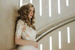 härligt bröllop för brudmodefrisyr Bruden på bröllop i den vita bröllopsklänningen och skyler Lyxigt bröllop royaltyfri foto