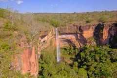 Härligt brud- skyler, den Veu Da Noiva vattenfallet i Chapada Dos Guimaraes National Park, Cuiaba, Mato Grosso, Brasilien arkivfoton