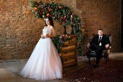 Härligt brudanseende i en trevlig vit klänning arkivfoton