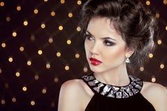 härligt brunettkvinnabarn Modeflickamodell över bokehli Royaltyfri Bild