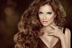 Härligt brunt hår, modekvinnastående. Skönhetmodell Girl Arkivfoto