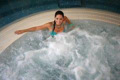 härligt bubbelpoolkvinnabarn royaltyfri fotografi