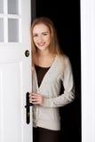 Härligt caucasian kvinnaanseende vid dörren. arkivbilder