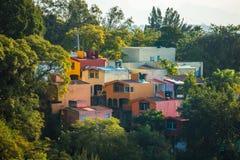 Härligt Cuernavaca stadslandskap med hus Royaltyfria Bilder