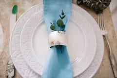 Härligt dekorera bröllopplattan med stearinljus och blommor royaltyfri foto