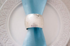 Härligt dekorera bröllopplattan med stearinljus och blommor royaltyfri fotografi