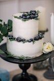 Härligt dekorera bröllopstårtan med stearinljus och blommor fotografering för bildbyråer