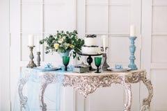 Härligt dekorera tabellen med stearinljus och bröllopstårtan i studio arkivfoton