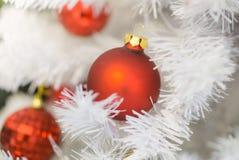 Härligt dekorerat träd för vit jul med röda kulor och ljus royaltyfri bild