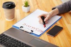 härligt dimensionellt jobb tre för illustration 3d mycket r Träkontorsskrivbord med bärbara datorn, smartphone royaltyfri bild