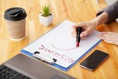 härligt dimensionellt jobb tre för illustration 3d mycket r Träkontorsskrivbord med bärbara datorn, smartphone royaltyfri foto
