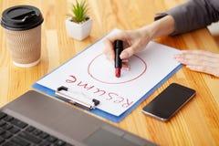 härligt dimensionellt jobb tre för illustration 3d mycket r Träkontorsskrivbord med bärbara datorn, smartphone arkivfoto