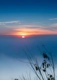 Härligt dimmigt soluppgånglandskap i morgonen Arkivfoto
