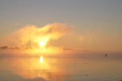 Härligt dimmigt sunrize på floden Royaltyfria Bilder