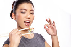 härligt djup som äter barn för kvinna för sushi för ögonfältfokus grunt Arkivfoton