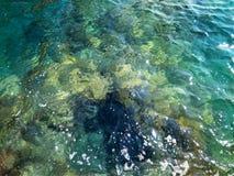 Härligt djupt rent och klart havsvatten royaltyfri fotografi