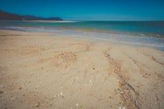 Härligt drömlikt havlandskap med havet för sandig strand och blått Royaltyfria Foton