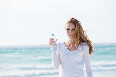 Härligt dricksvatten för ung kvinna i sommar royaltyfri bild