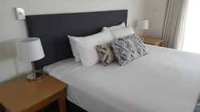 Härligt dubbelt sovrum på Alpha Sovereign Hotel, norr surfare Paradise, Queensland arkivfoton