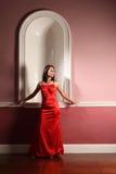 härligt elegantt rött väntande kvinnabarn royaltyfri fotografi