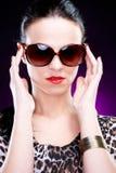 härligt elegantt solglasögonkvinnabarn royaltyfria bilder