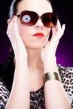härligt elegantt solglasögonkvinnabarn royaltyfri fotografi