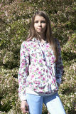 Härligt en flicka i blommaträdgård Fotografering för Bildbyråer