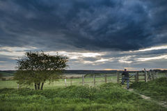 Härligt engelskt bygdlandskap över fält på solnedgången Royaltyfri Foto