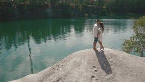 Härligt enloved kyssa för par som är utomhus- på lakeshore in de ukrainska traditionella kläderen arkivfilmer