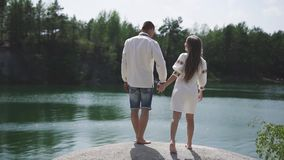 Härligt enloved posera för par som är utomhus- på lakeshore in de ukrainska traditionella kläderen stock video