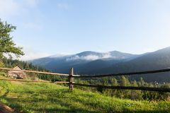 Härligt Europa berglandskap, naturställe, liten by i skog royaltyfri foto